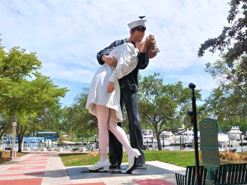 Sailor kissing statue. Best things to do in Sarasota. Florida.